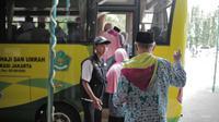 Calon jemaah haji kloter pertama menaiki bus usai melakukan kelengkapan administrasi di Asrama Haji, Jakarta, Sabtu (6/7/2019). Sebelum diberangkatkan, petugas mengecek kembali 385 calon jamaah untuk melakukan kelengkapan administrasi. (Liputan6.com/Faizal Fanani)