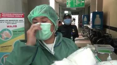 Petugas medis RSUD Kota Bekasi menangis saat menerima bantuan APD dari warga