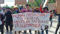 Sejumlah masyarakat 'To Padang' di Mamuju, Sulawesi Barat melakukan aksi unjuk rasa uuntuk menolak kehadiran perusahaan tambang di wilayah mereka (Liputan6.com/Abdul Rajab Umar)