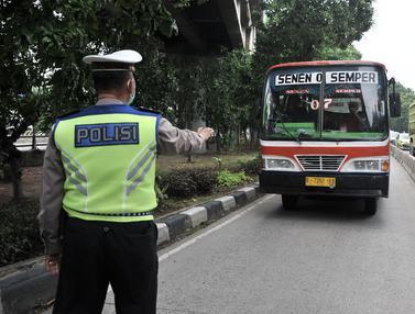 Polisi Tilang Pengendara Nekat Terobos Jalur Bus Transjakarta