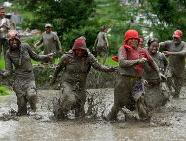 FOTO: Keceriaan Petani Nepal Saat Rayakan Hari Padi Nasional