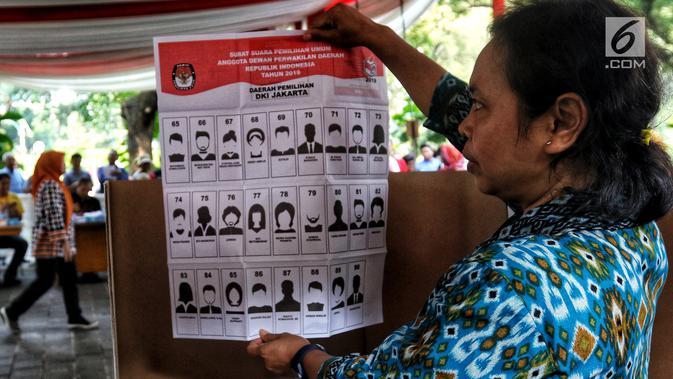 Warga menunjukkan contoh surat suara saat simulasi pemungutan dan pencoblosan surat suara Pemilu 2019 di Taman Suropati, Jakarta, Rabu (10/4). Simulasi pemungutan surat suara dilakukan untuk meminimalisir kesalahan dan kekurangan saat pencoblosan pemilu pada 17 April nanti (Liputan6.com/Johan Tallo)#source%3Dgooglier%2Ecom#https%3A%2F%2Fgooglier%2Ecom%2Fpage%2F2019_04_14%2F373400