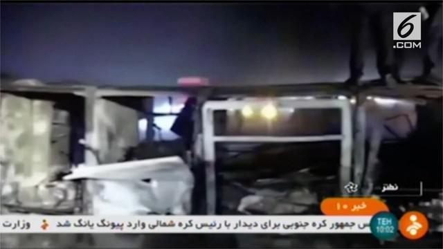 Sebuah bus terguling dan menabrak tanker berisi minyak, sebanyak 21 orang tewas akibat kejadian itu.
