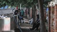 Warga menghabiskan waktu di permukiman di Jakarta, Kamis (12/11/2020). BPS mencatat periode Agustus 2020 angka pengangguran mengalami peningkatan sebanyak 2,67 orang akibat wabah Covid-19 sehingga jumlah keseluruhan pengangguran di Indonesia menjadi 9,77 juta orang. (merdeka.com/Iqbal S. Nugroho)