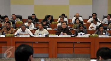 Menkeu Bambang Brodjonegoro (ketiga kanan) dan Menko Perekonomian Darmin Nasution (ketiga kiri) mengikuti rapat kerja dengan Badan Anggaran DPR di Kompleks Parlemen Senayan, Jakarta, Senin (7/9). Rapat itu membahas RUU APBN 2016.(Liputan6.com/Johan Tallo)