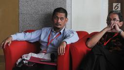 Direktur Bisnis PT INTI, Teguh Adi Suryandono (kanan) menunggu panggilan oleh penyidik di Gedung KPK, Jakarta, Senin (26/8/2019). diperiksa sebagai saksi terkait dugaan menerima suap proyek pengadaan baggage handling system (BHS) atau sistem penanganan bandara untuk 6 bandara. (merdeka.com/Dwi Narwo