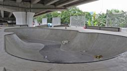 Suasana Skate Park kolong Flyover Pasar Rebo, Jakarta, Selasa (10/12/2019). Skatepark yang ditargetkan rampung pada akhir November 2019 tersebut hingga kini belum dapat digunakan kerena masih ada beberapa pembangunan yang belum rampung. (Liputan6.com/Herman Zakharia)