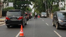 Petugas Dishub Jakarta Selatan mengatur lalu lintas di Jalan Kemang Raya, Jakarta, Selasa (29/10/2019). Sudin Perhubungan Jaksel melakukan rekayasa lalu lintas sistem dua lajur dan satu lajur di Jalan Kemang Raya bertujuan untuk mengurai kepadatan kendaraan. (Liputan6.com/Immanuel Antonius)