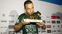 Aleksandar Rakic menerima trofi top scorer Liga 1 2018. (Bola.com/Vincentius Atmaja)