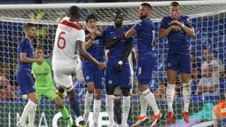 Bek Lyon, Marcelo mengambil tendangan bebas saat menghadapi Chelsea dalam International Champions Cup (ICC) di Stamford Bridge, London, Inggris, Selasa (7/8). Chelsea menang 5-4 atas Lyon. (Ian KINGTON/AFP)