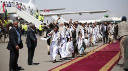 Tahanan Yaman meneriakkan slogan selama kedatangan mereka setelah dibebaskan oleh koalisi pimpinan Arab Saudi di bandara di Sanaa, Yaman, Jumat (16/10/2020). Pihak yang bertikai di Yaman menyelesaikan pertukaran tahanan besar yang ditengahi PBB pada hari Jumat. (AP Photo/Hani Mohammed)