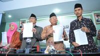 Ketum MUI Ma'ruf Amin (kedua kanan), Ketua Bidang Fatwa Khuzaimah T. Yanggo (kiri), Ketua Komisi Fatwa Hasanuddin (kedua kiri), dan Sekretaris Komisi Fatwa Asrorun Niam Sholeh (kanan) saat menggelar konpers di Jakarta, (3/2). (Liputan6.com/Faisal R Syam)