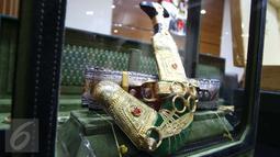 Satu buah belati pemberian dari rombongan Raja Salman bin Abdul Aziz al-Saud dipamerkan oleh KPK, Jakarta, Kamis (16/3). Total nilai barang-barang yang diterima dari rombongan Raja Salman itu ditaksir mencapai Rp 5 miliar. (Liputan6.com/Helmi Afandi)