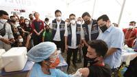 Menteri BUMN, Erick Thohir,meninjau vaksinasi massal di Medan
