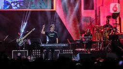 Komposer Erwin Gutawa tampil dalam Synchronize Fest 2019 yang bertajuk Chrisye Live by Erwin Gutawa di Gambir Expo, Jakarta, Sabtu (5/10/2019). Para pengunjung diajak untuk bernostalgia dengan lagu-lagu dari musisi kelas kakap yaitu almarhum Chrisye. (Liputan6.com/Faizal Fanani)