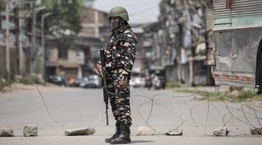 Seorang tentara paramiliter India berjaga saat penerapan karantina wilayah (lockdown) guna membendung penyebaran pandemi COVID-19 di Kota Srinagar, ibu kota musim panas Kashmir yang dikuasai India (26/7/2020). (Xinhua/Javed Dar)