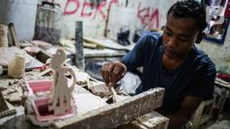 Pekerja menyelesaikan pembuatan plakat di Industri Rumahan Pluit, Penjaringan, Jakarta Utara, Rabu (30/10/2019). Plakat yang terbuat dari bahan baku resin plastik tersebut dijual dengan harga Rp 50.000 hingga Rp 100.000. (Liputan6.com/Faizal Fanani)