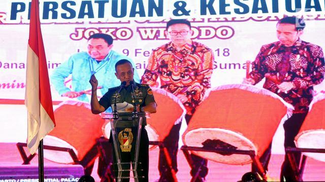 Kasad Jenderal Mulyono memberikan sambutan dalam acara Silaturrahmi Kasad dengan Forum Pemred dan Anugerah Media TNI AD di Jakarta, Rabu (21/2). Dalam kegiatan itu, TNI AD juga memberikan penghargaan kepada rekan-rekan media. (Liputan6.com/Johan Tallo)
