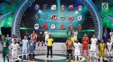 Pesepak bola peserta Liga 1 memperkenalkan jersey home dan away dalam acara peluncuran Liga 1 2018 di Studio 5 Indosiar, Jakarta, Senin (19/3). Kompetisi Liga 1 musim ini rencananya akan berjalan selama sembilan bulan. (Liputan6.com/Faizal Fanani)