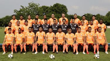Pemain Persija Jakarta melakukan sesi foto sebelum latihan jelang laga Liga 1 di Lapangan Sutasoma, Jakarta, Jumat (07/12). Persija akan berhadapan dengan Mitra Kukar. (Bola.com/M Iqbal Ichsan)