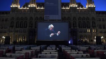 Para penonton menyaksikan opera Fidelio karya Beethoven dalam kotak-kotak terpisah selama Festival Film di Rathausplatz, Wina, Austria (4/7/2020). Festival Film di Rathausplatz, Wina, tahun ini dibuka pada Sabtu (4/7). (Xinhua/Guo Chen)