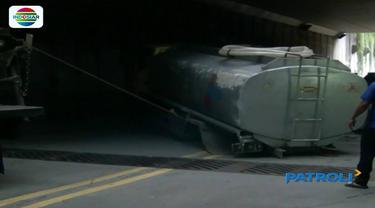 Kecelakaan terjadi antara minibus dan truk pengangkut air di terowongan Kebayoran lama.