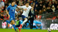 Pemain timnas Italia, Lorenzo Pellegrini berebut bola dengan pemain timnas Inggris, Jesse Lingard dalam laga persahabatan di Stadion Wembley, London, Rabu (28/3).  Inggris gagal meraih kemenangan setelah ditahan Italia 1-1. (AP Photo/Alastair Grant)