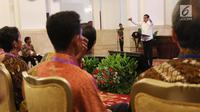 Presiden Jokowi memberikan sambutan ketika bersilaturahmi dengan nelayan di Istana Negara, Jakarta, Selasa (8/5). Dalam kesempatan itu presiden mengajak nelayan meninggalkan cantrang yang dapat merusak ekosistem air laut. (Liputan6.com/Angga Yuniar)