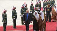 Presiden AS Donald Trump berbincang dengan Raja Salman saat tiba di Bandara Internasional Raja Khalid di Riyadh (20/5). Kunjungan ini merupakan kunjungan luar negri Trump pertama sebagai Presiden AS. (AFP/Saudi Royal Palace/Bandar Al-Jalou)