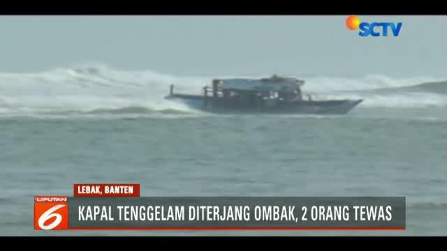 Penyelamatan terhadap awak kapal dan penumpang Kapal Motor Si Oranye dilakukan Tim SAR dibantu warga di perairan sekitar