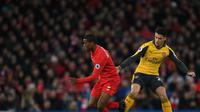 Gelandang Liverpool Georginio Wijnaldum (kiri) berebut bola dengan gelandang Arsenal Granit Xhaka di Anfield, pada Minggu (5/3/2017).( PAUL ELLIS / AFP)