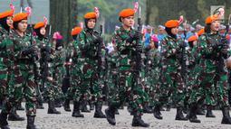 Prajurit Wanita TNI AD berbaris pada apel bersama untuk memperingati Hari Kartini 2018 di Silang Monas, Jakarta, Rabu (25/4). Upacara diikuti 10 ribu perempuan yang terdiri dari prajurit TNI, Polri dan segenap komponen bangsa. (Liputan6.com/Johan Tallo)
