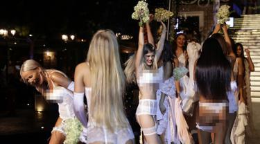 Sejumlah model bergembira saat tampil di lingerie fashion shows di kota Dbayeh di sebelah utara ibukota Lebanon Beirut (18/8). (AFP Photo/Joseph Eid)
