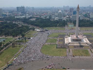 Foto aerial umat muslim melaksanakan salat Jumat saat Aksi Bela Palestina di Kawasan Monas, Jakarta, Jumat (11/5). Aksi ini bertajuk Indonesia Bebaskan Al-Quds. (Liputan6.com/Arya Manggala)