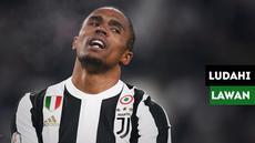 Douglas Costa mendapatkan kartu merah usai meludahi lawannya, Federico Di Francesco saat Juventus mengalahkan Sassuolo.