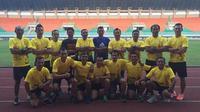 Perangkat pertandingan PON Jabar Grup A yang bertugas di Stadion Pakansari Cibinong, Bogor, 14-27 September 2016. (Bola.com/Robby Firly)