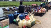 Selama puluhan tahun, kampung yang terletak di pesisir Danau Paniai ini selalu menikmati harga Premium hingga Rp 25 ribu per liter. (Katharina/Liputan6.com)