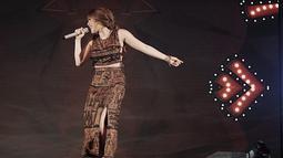 Gisel terlihat sangat menikmati penampilannya saat bernyanyi di atas panggung. Pelantun lagu 'Pencuri Hati' ini tampil memukau dalam setelan busana etnik. (Liputan6.com/IG/@gisel_la)