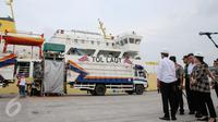Presiden Jokowi menyambut Kapal Pengangkut Ternak KM Camara Nusantara I yang bersandar di Pelabuhan Tanjung Priok, Jakarta, (11/12). Kapal ternak harus mengikuti standar dunia, Kapal harus menjamin ternak tidak boleh stres. (Liputan6.com/Faizal Fanani)