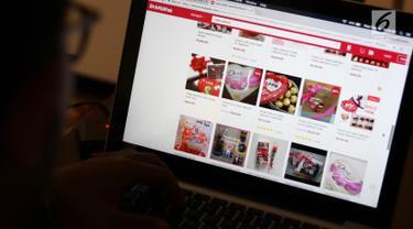 Pelanggan mencari cokelat di situs belanja online, Jakarta, Rabu (14/2). Tradisi memberi cokelat di Hari Kasih Sayang atau Valentine's Day menyebabkan barang tersebut menjadi yang paling dicari setiap tanggal 14 Februari. (Liputan6.com/Immanuel Antonius)