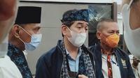 Calon Ketum Kadin Indonesia Arsjad Rasjid (tengah) saat diwawancara usai menerima dukungan pencalonannya dari pengurus Kadin Jambi. (Liputan6.com/Gresi Plasmanto)