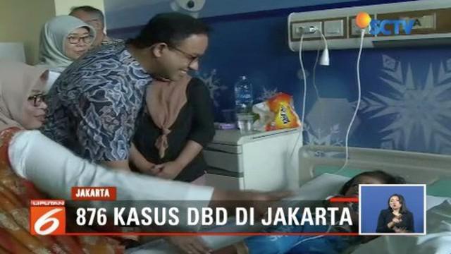 Gubernur DKI Jakarta Anies Baswedan jenguk pasien DBD di RSUD Pasar Minggu, Jakarta Selatan.