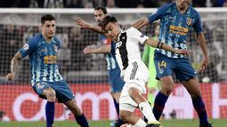 Gelandang Juventus, Paulo Dybala Selebrasi Cristiano Ronaldo pada laga kedua, babak 16 besar Liga Champions yang berlangsung di Stadion Allianz, Turin, Rabu (13/3). Juventus menang 3-0 atas Atl Madrid. (AFP/Marco Bertorello)