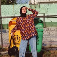 Tempat sampah bisa menjadi properti yang menarik bagi wanita kelahiran 1990 ini. Presenter ini tampil vintage dengan jeans dan baju motif.  Gayanya semakin nyentrik dengan kaos kaki polkadot dan sling back shoes.  (Liputan6.com/IG/@tantrinamirah)