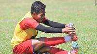 Bek Arema FC, M. Atul Ikhsan, memimpin sesi pendinginan dalam latihan terakhir Arema FC jelang libur aktivitas tim, Jumat (30/10/2020). Latihan ini juga menjadi momen terakhir Ikhsan bersama Singo Edan karena akan kembali ke klub yang memilikinya, Borneo FC. (Bola.com/Iwan Setiawan)