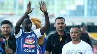 Makan Konate diperkenalkan jadi pemain baru Arema di Stadion Kanjuruhan, Kabupaten Malang, Minggu (15/7/2018). (Bola.com/Iwan Setiawan)