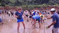 Turis asing juga ikut program bersih pantai di Sulut (Liputan6.com / Yoseph Ikanubun)