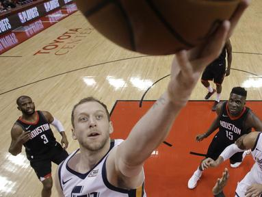 Pemain Utah Jazz, Joe Ingles (2) mencetak poin saat melewati adangan para pemain Rockets pada playoff game kedua NBA basketball di Toyota Center, Houston, (2/5/2018). Utah Jazz menang 116-108. (AP/Eric Christian Smith)