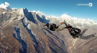 Seorang penerjun wanita bernama Naila Novaranti jadi orang pertama asal Indonesia yang berhasil terjun payung di langit Everest. Naila terjun di ketinggian 25.000 kaki untuk menyambut ulang tahunnya.