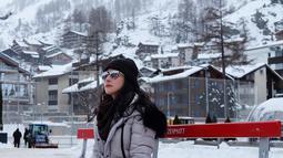 Aktris keturunan Pakistan-Indonesia ini memang kerap berlibur ke luar negeri. Gayanya saat traveling pun selalu curi perhatian. Seperti bergaya candid dengan kacamata yang menyempurnakan penampilannya. (Liputan6.com/IG/@rinadiana_8)